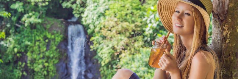 Image de portrait de plan rapproché d'un thé de glace potable de belle femme avec sentiment heureux dans le jardin vert de nature image stock