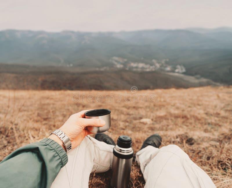 Image de POV de voyageur avec le thermos images libres de droits