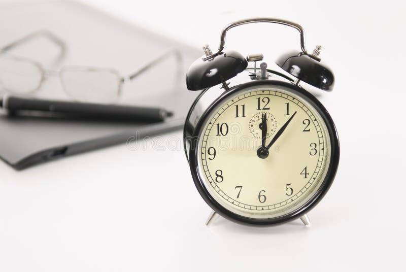 Image de rétro objets d'horloge d'alarme et d'affaires photos stock