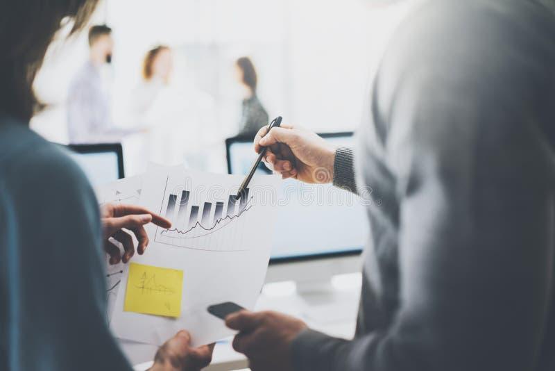 Image de réunion d'affaires Document de statistiques de photo tenant la main Équipage de directeurs travaillant avec le nouveau p photographie stock libre de droits