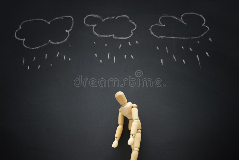 image de simulacre en bois avec des pensées soumises à une contrainte inquiétées dépression, obsessionnelle, adhd, concept de tro photographie stock libre de droits