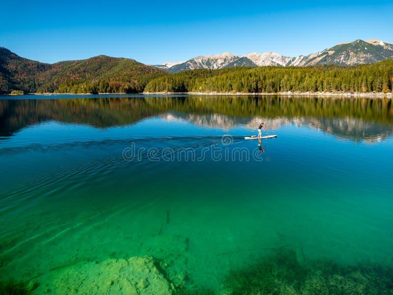 Image de support barbotant sur un beau lac de montagne en automne images stock