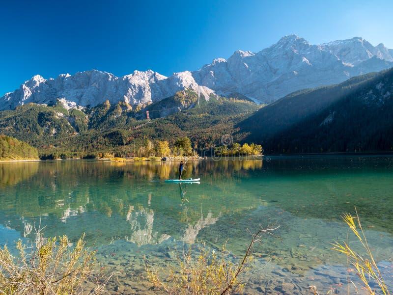 Image de support barbotant sur un beau lac de montagne en automne photos stock