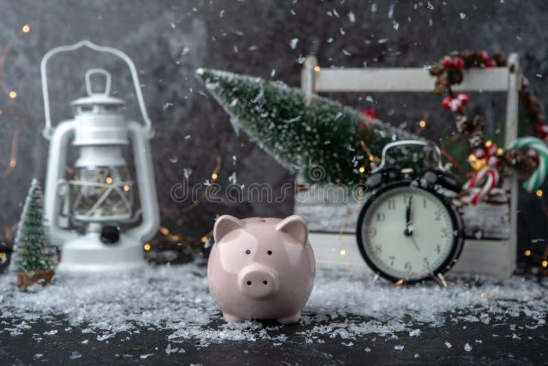 Image de tirelire, de décoration de Noël des cônes et de baies, boîte en bois, bougies rouges, neige image libre de droits