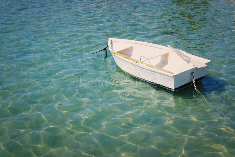 Image de transport de peu de bateau blanc en belle mer photographie stock libre de droits