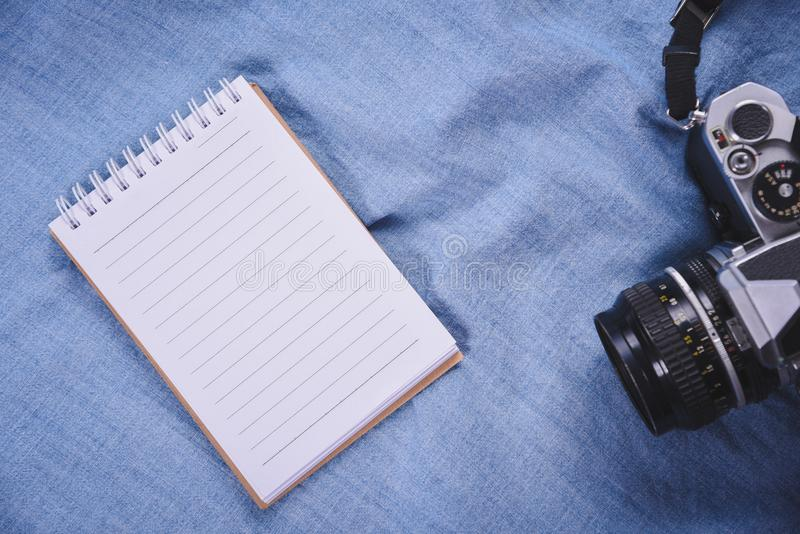 image de vue supérieure de carnet ouvert avec les pages vides et d'appareil-photo sur le blackground bleu image stock
