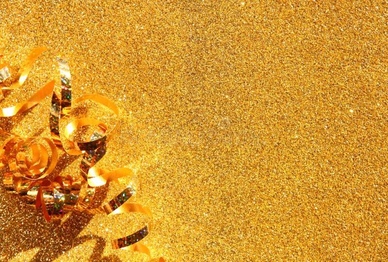 Image de vue supérieure de ruban d'or bouclé au-dessus de fond texturisé de scintillement images stock