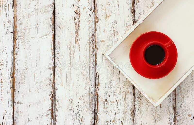 Image de vue supérieure de tasse rouge de thé sur une vieille table de plateau en bois blanc photos libres de droits
