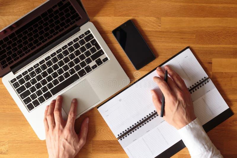 Image de vue supérieure des mains d'homme d'affaires avec l'ordinateur portable image stock