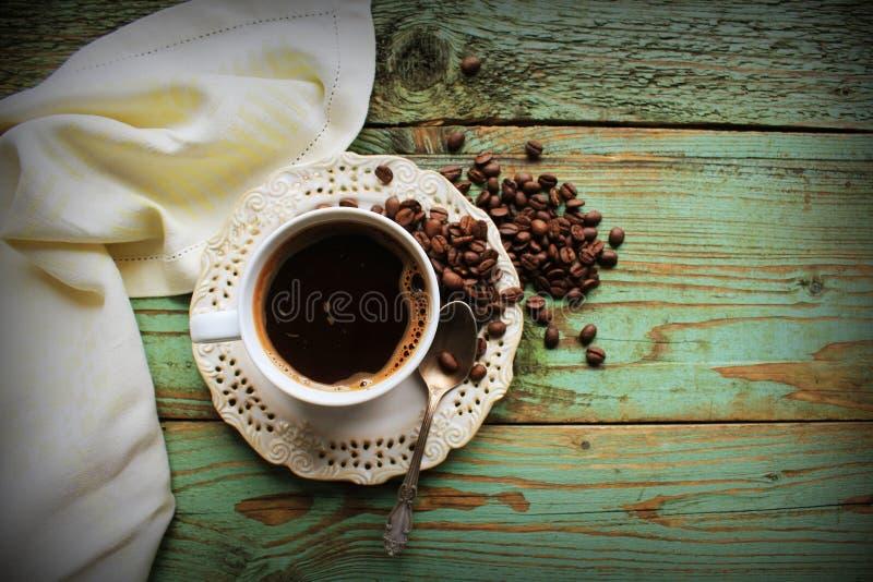Image de vue supérieure de tasse de coofee sur la table en bois rustique Vintage filtré photo stock