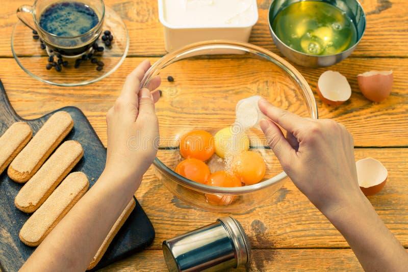 Image des biscuits de savoyardi sur la planche à découper images stock