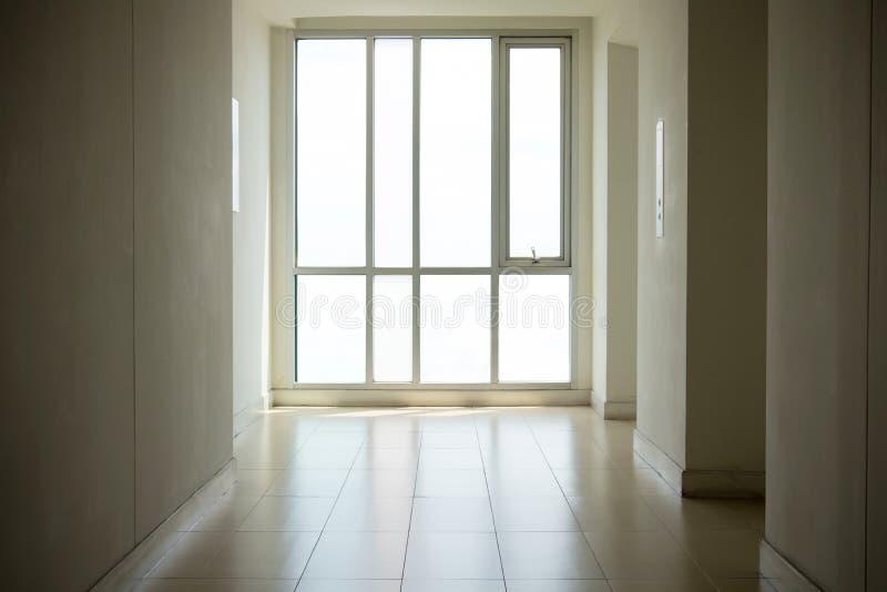 Image des fenêtres dans l'immeuble de bureaux moderne Videz le long couloir dans l'immeuble de bureaux moderne photos libres de droits