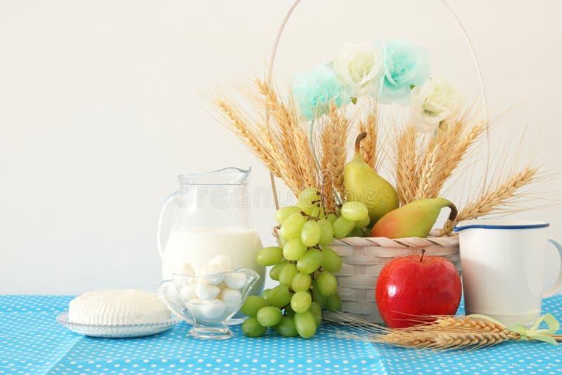 image des laitages et des fruits au-dessus du fond en bois Symboles des vacances juives - Shavuot images libres de droits