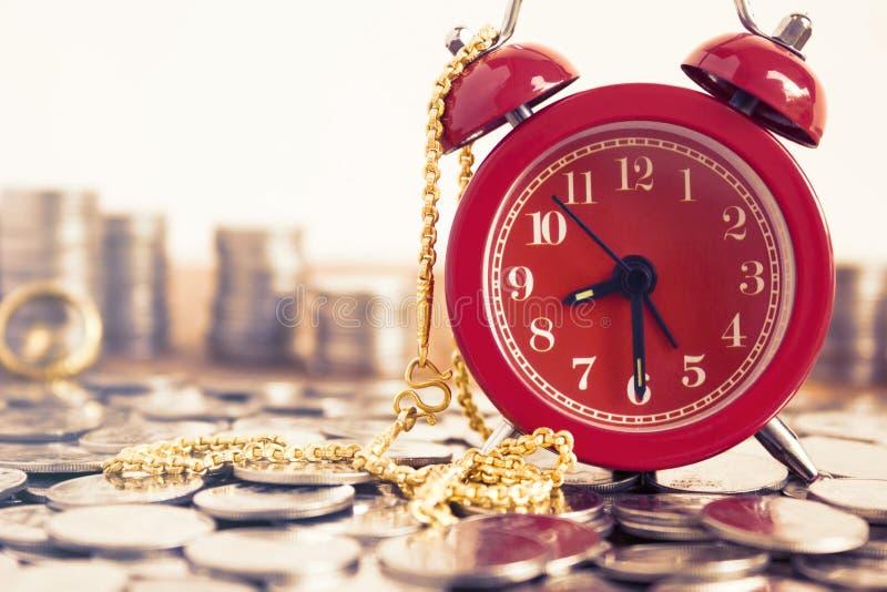 Image des pièces de monnaie avec le réveil et le collier rouges FO de mode d'or images stock