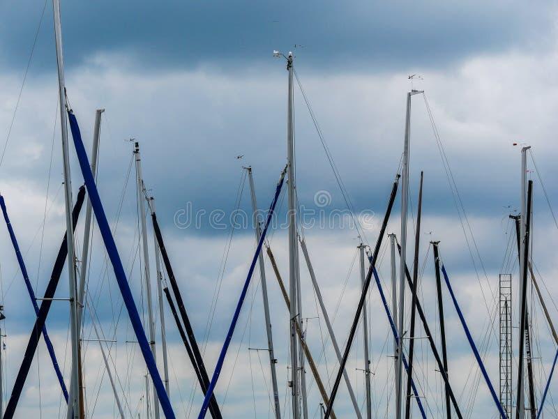 Image des plusieurs mât de bateau dans le ciel images libres de droits