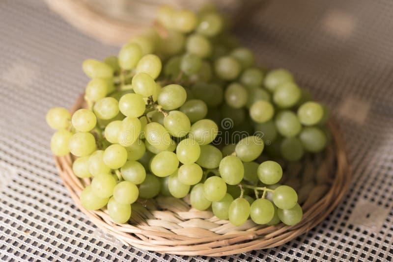 Image des raisins verts sur le fond 2019 en bois de support image libre de droits