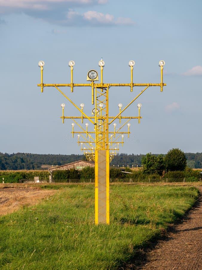Image des signaux lumineux jaunes d'aéroport pour des avions photographie stock libre de droits