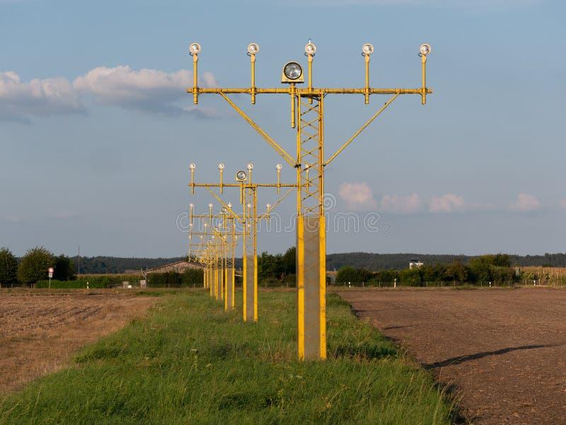 Image des signaux lumineux jaunes d'aéroport pour des avions images stock