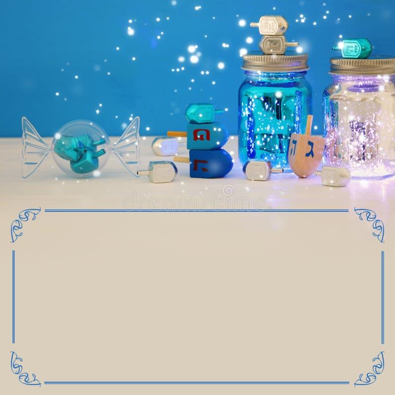 Image des vacances juives Hanoucca avec la collection de dreidels et le x28 ; spinni