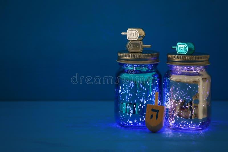 Image des vacances juives Hanoucca avec la collection de dreidels et le x28 ; top& de rotation x29 ;