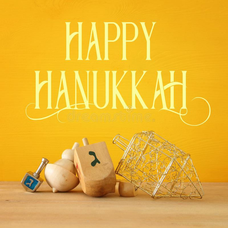 Image des vacances juives Hanoucca avec les dreidels en bois et le x28 ; top& de rotation x29 ;