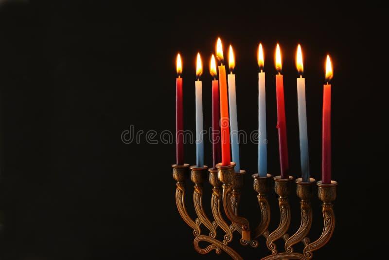 Image discrète de fond juif de Hanoucca de vacances avec le menorah et le x28 ; candelabra& traditionnel x29 ; et bougies brûlant