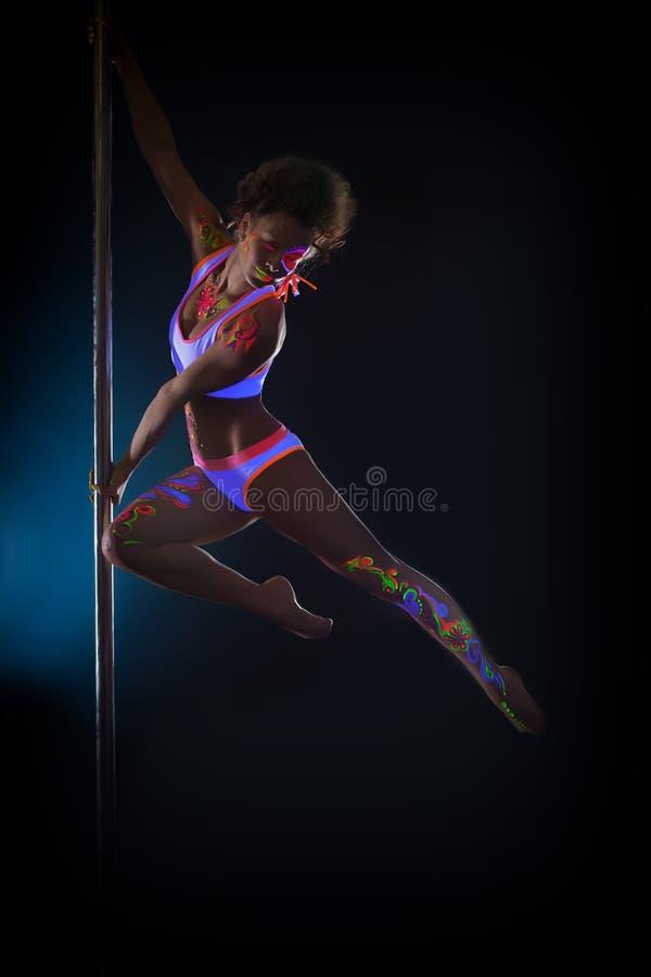 Image du danseur sexy de poteau posant dans le saut photo stock