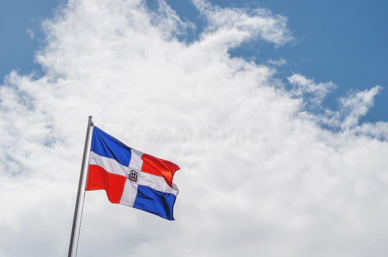 Image du drapeau de la République Dominicaine avec le ciel bleu image libre de droits