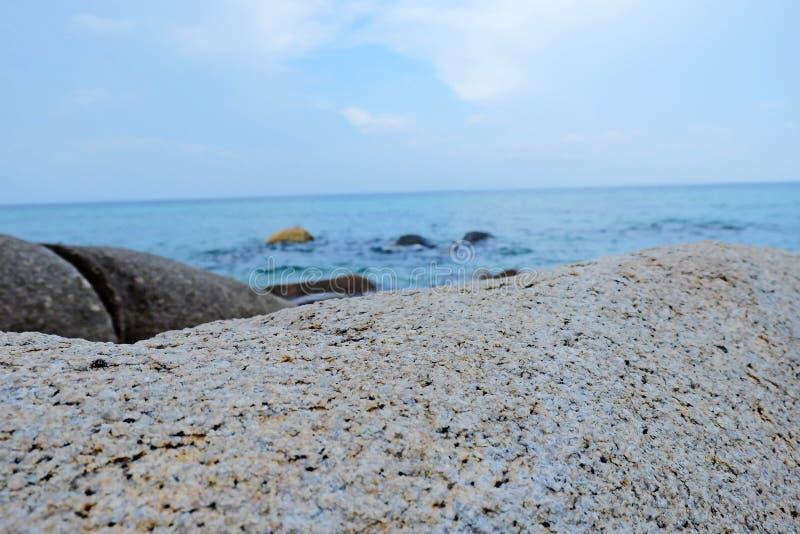 Image du fond de la vue sur la mer et du premier plan en pierre pour la promotion de l'affichage - copie de l'image de l'espace images stock
