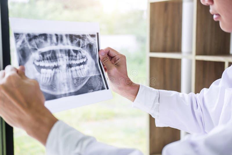 Image du médecin ou du dentiste masculin tenant et regardant le x dentaire photos libres de droits