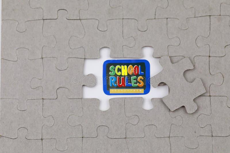 Image du morceau de puzzle avec des règles d'école Les affaires, se réunissent photographie stock libre de droits