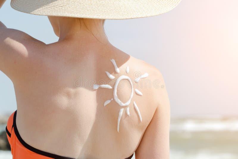 Image du soleil au dos d'une fille Fin vers le haut images stock