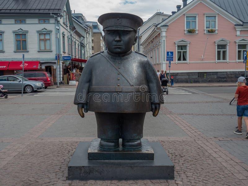 Image du Topolliisi une statue en bronze d'un policier, faite par le sculpteur Kaarlo Mikkonen photo stock