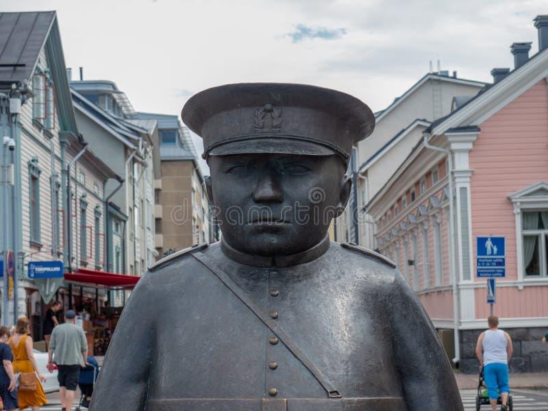 Image du Topolliisi une statue en bronze d'un policier, faite par le sculpteur Kaarlo Mikkonen images stock