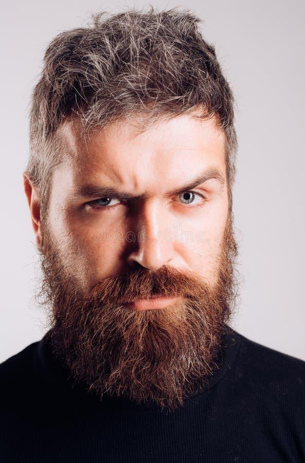 Image en gros plan d'homme barbu brutal sérieux sur le fond blanc Concept sûr et dramatique photographie stock