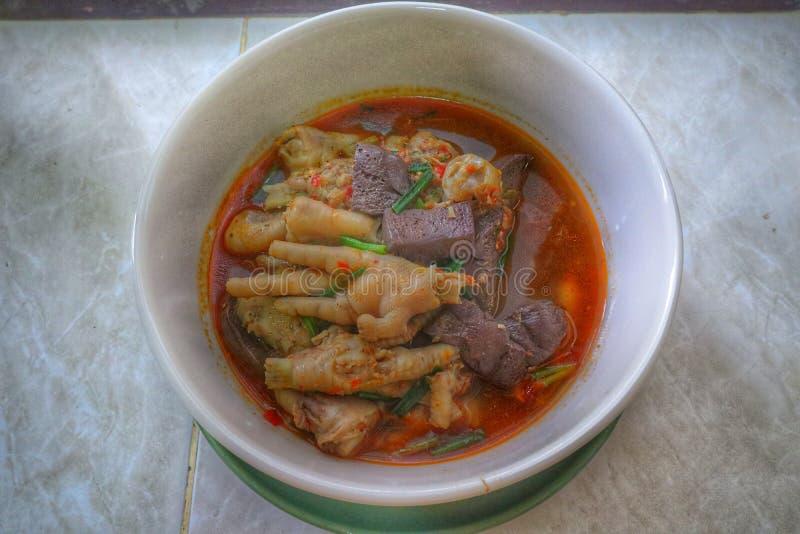 Image en gros plan de cari rouge bouilli, jambes de poulet, légumes verts, poivron rouge, nourriture thaïlandaise image stock