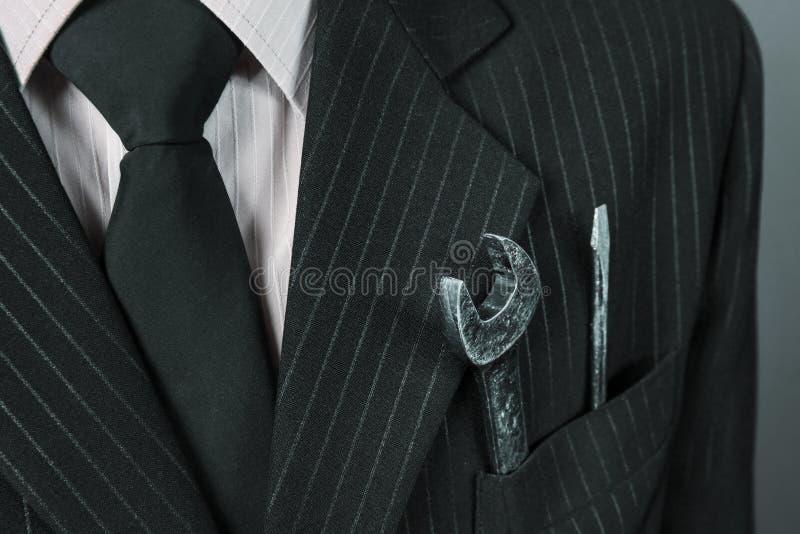 Image en gros plan de clé dans une poche d'homme d'affaires de costume images stock