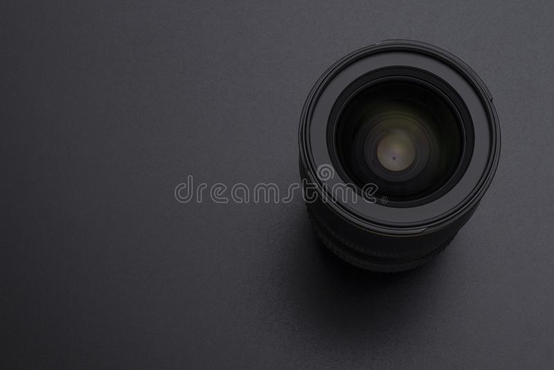 Image en gros plan de lentille d'appareil-photo ou de vidéo sur le fond noir photo libre de droits