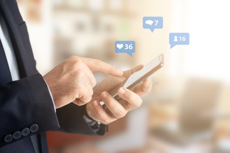 Image en gros plan des mains d'homme d'affaires utilisant le smartphone au bureau, à la recherche ou au concept social de réseaux photos libres de droits