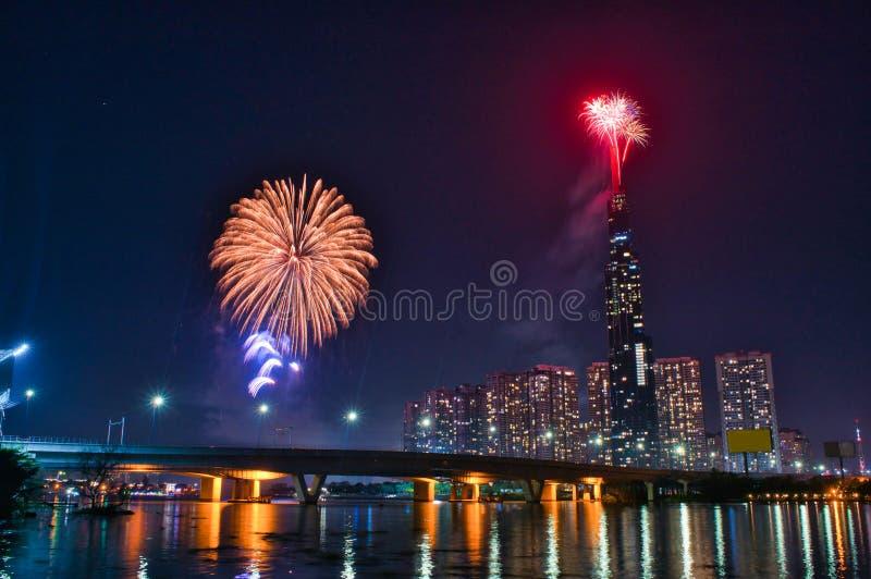 Image en haute résolution des feux d'artifice colorés de Ho Chi Minh Ville au nouvel an 2020 vue depuis Landmark 81 riverside image stock