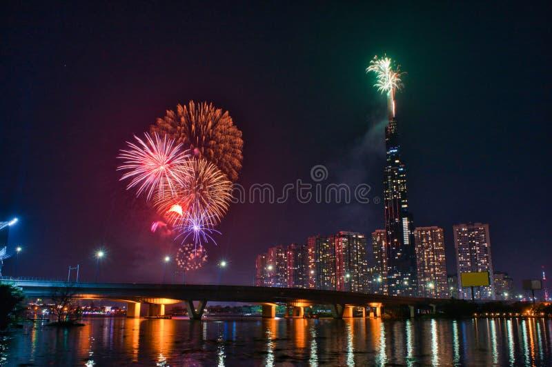 Image en haute résolution des feux d'artifice colorés de Ho Chi Minh Ville au nouvel an 2020 vue depuis Landmark 81 riverside photo libre de droits