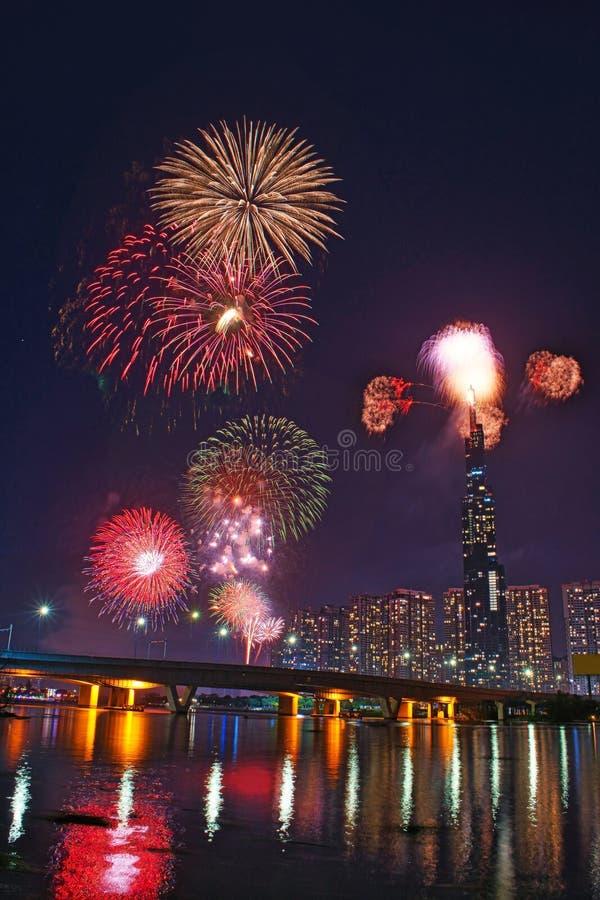 Image en haute résolution des feux d'artifice colorés de Ho Chi Minh Ville au nouvel an 2020 vue depuis Landmark 81 riverside photographie stock libre de droits