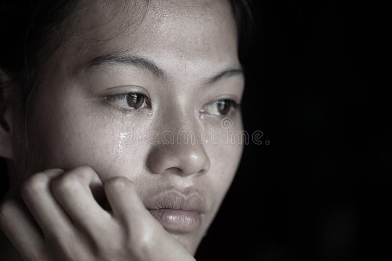 Image grunge noire et blanche d'une belle adolescente s'asseyant sur le plancher pleurant, problèmes de famille, dysfonctionnemen photographie stock
