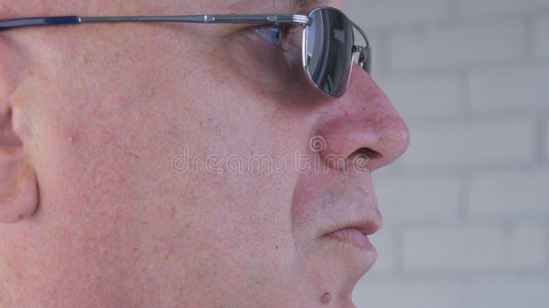 Image haute étroite avec un homme d'affaires sûr Wearing Sunglasses photos stock
