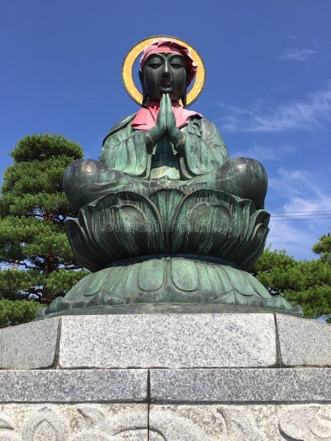 Image haute étroite d'une des six statues de Bodhisattvas du temple de Zenko-JI à Nagano, Japon photo libre de droits