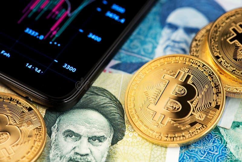Image haute étroite de Bitcoin avec des billets de banque de rial iranien photos libres de droits