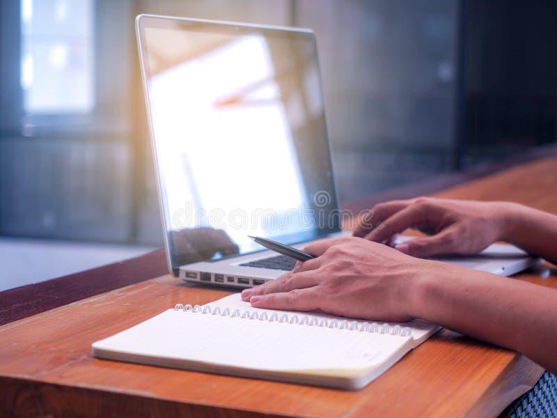 Image haute étroite des jeunes utilisant la technologie et l'inscription d'ordinateur portable du concept de lieu de travail de c image stock