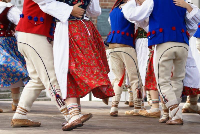 Image horizontale de couleur des danseurs de poli de femelle dans traditionnel photos stock