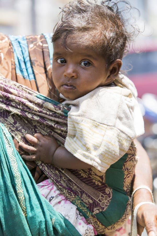 Bébé Garçon D'Inde Avec La Mouche Sur Ses Yeux Photo stock éditorial -  Image du conduite, mouches: 114270293