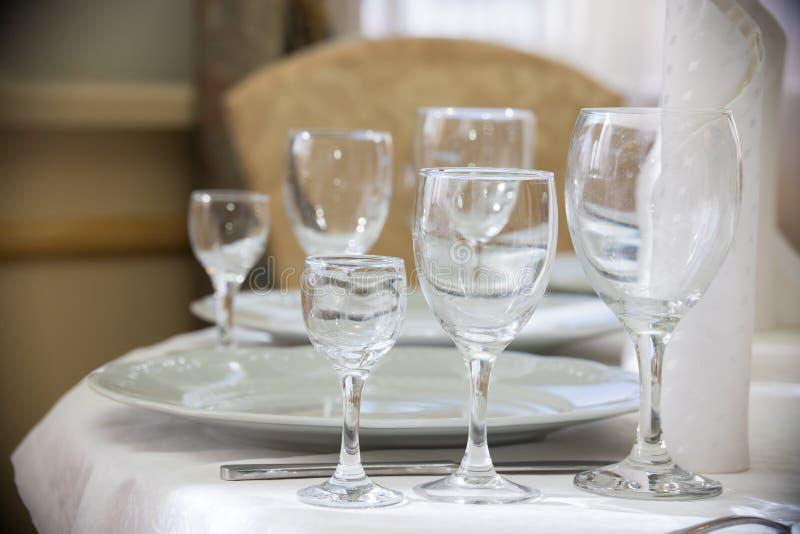 Image légère des verres vides dans le restaurant photo stock